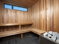 Innenraum einer hölzernen Sauna